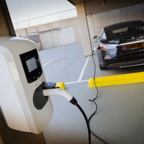 <h2>Oplaadpunt elektrische auto ZAPP office Rotterdam</h2> Heb je een elektrische auto? Onder het groene parkeerdak vind je twee oplaadpunten van 22KW (32A, 400V).