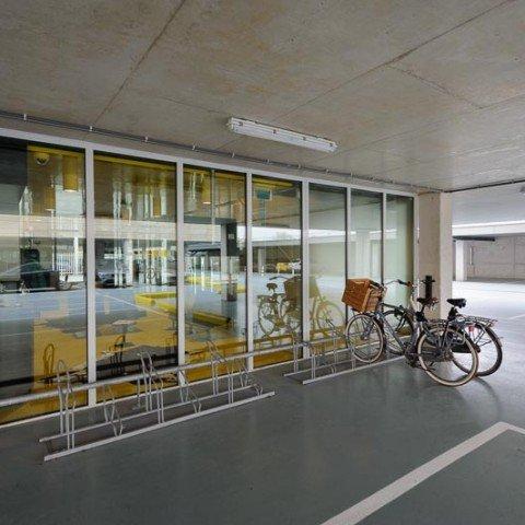 <strong>Op de fiets naar het ZAPP office kantoor?</strong> Ook fijn als je je fiets dan goed kunt stallen. Dat kan bij ZAPP office Rotterdam. Maak gebruik van onze fietsentalling. Deze vind je zowel aan de voorzijde als aan de zijkant van ons bedrijfsruimtegebouw.