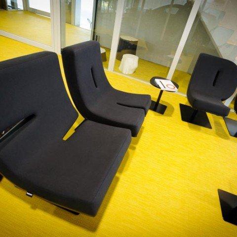 <strong>Ontvangstruimte in ZAPP office kantoorgebouw met ZAPP stoelen</strong> Ontvang je klanten professioneel met de uitstraling van ZAPP office. Het ZAPP hostess team begeleidt de ontvangst en serveert koffie. Dit behoort standaard tot onze service.